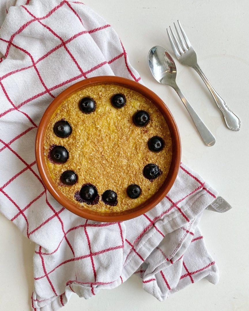 Baked oats met banaan en blauwe bessen
