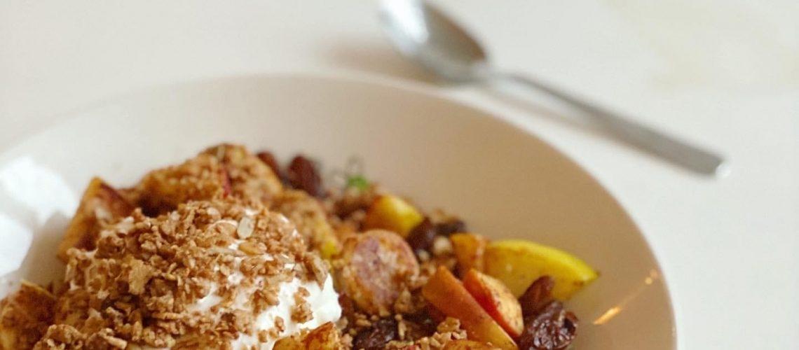 Feestelijk en simpel ontbijtje van kwark, fruit en granola